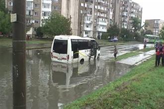 O ploaie de 20 de minute a paralizat Aradul. Zeci de masini au ramas blocate dupa ce mai multe strazi au fost inundate