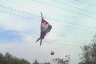 O tanara care lua cursuri de parasutism a ratat aterizarea si s-a blocat pe firele de electricitate. Cum a fost salvata