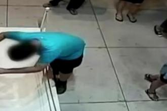 Un baiat de 12 ani, din Taiwan, s-a impiedicat in muzeu si a distrus un tablou de 1 milion de dolari. Momentul a fost filmat