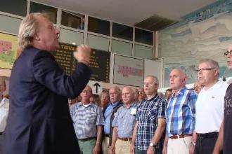 Corul regal din Olanda, impiedicat de politisti sa sustina un concert in centrul Timisoarei, a cantat marti pe aeroport