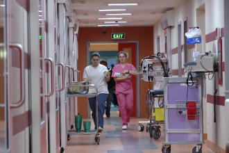 Guvernul a aprobat prin OUG majorarea salariilor medicilor cu 25%. Cand va intra in vigoare masura