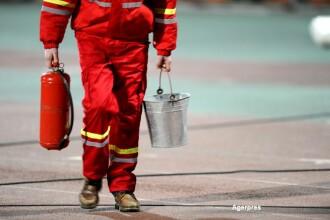 Un pompier a reusit sa salveze un bebelus dintr-un incendiu. Operatiunea de salvare pusa la cale de barbat. VIDEO