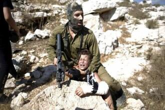 Imaginile fac inconjurul lumii. Un soldat israelian, filmat in timp ce aresta un baiat de 11 ani cu o mana in ghips. VIDEO