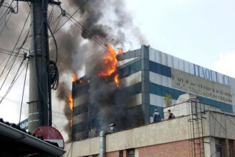 Incendiu puternic la o cladire din Piata Crangasi. Motivul pentru care oamenii au ezitat sa evacueze imobilul. VIDEO