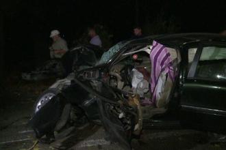 Impact devastator pe o sosea din Buzau. 2 morti si 3 raniti, dupa ce masina in care se aflau s-a infipt in copaci