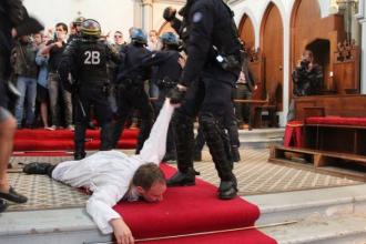 Un nou scandal cu tenta religioasa, in Franta. Momentul in care un preot este tarat de politisti afara din biserica: VIDEO