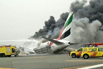 Un avion Emirates cu 300 de oameni la bord s-a prabusit pe aeroportul din Dubai. Imagini din interiorul aeronavei. VIDEO