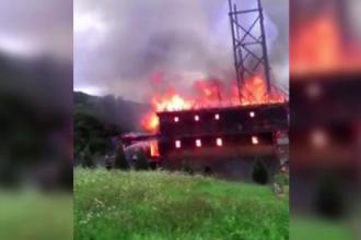 O biserica din Maramures a ars din temelii in doar cateva minute. Incendiul violent, surprins de un martor
