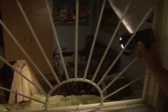 Pericol de explozie intr-un cartier din Piatra Neamt. Un barbat bolnav psihic avea in casa peste 70 de litri de benzina