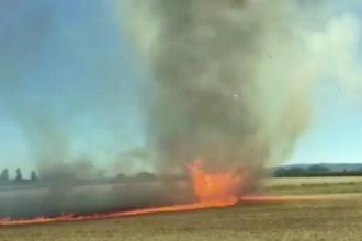 Imagini spectaculoase cu o tornada de foc. Scenele au fost filmate chiar de pompierii trimisi sa stinga incendiul