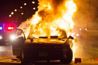 Focuri de arme, batai si masini incendiate in Milwaukee dupa ce politia a impuscat mortal un barbat de culoare inarmat. VIDEO