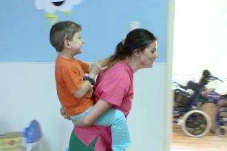 Lectie de viata oferita de zeci de studenti americani. Cum vor sa ajute copii bolnavi, parasiti in maternitatile din Romania