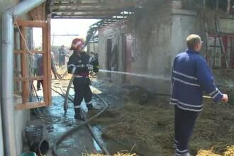 O familie din Dambovita, la un pas de-a isi pierde casa. Cei trei copii erau in locuinta in momentul producerii incendiului