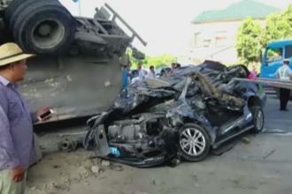 Accident dramatic in China. Ce s-a intamplat cu pasagerii unei masini peste care s-a rasturnat un TIR. VIDEO