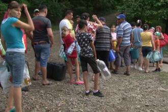 Locuitorii din Bacau au ramas fara apa, dupa ce conducta care alimenta orasul a cedat. Oamenii cara acum apa cu galeata 1 km