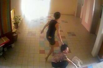 Scene de violenta extrema in scara unui bloc. O bunica este batuta cu bestialitate si calcata pe cap de o vecina