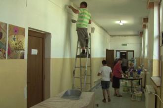 Exemplul dat de parintii dintr-un sat din Bacau, care au renovat singuri scoala.