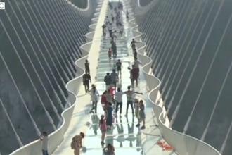 China a inaugurat cel mai lung pod de sticla din lume. Cum arata constructia