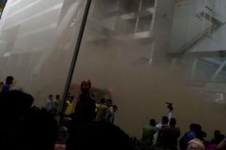 Incendiu devastator in cel mai mare mall din Bangladesh. Oamenii sunt prinsi in cladirea care inca arde