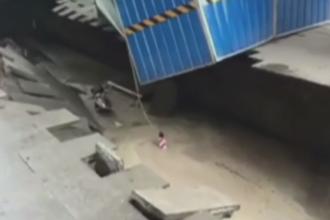 O groapa uriasa aparuta din senin intr-un trotuar