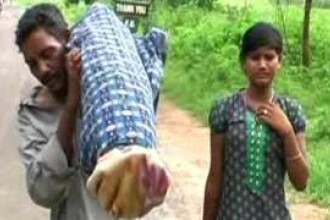 Motivul emotionant pentru care un indian a carat in spate, timp de 12 km, cadavrul sotiei sale.