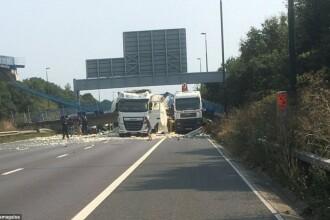 Un pod s-a prabusit pe o autostrada din Marea Britanie, dupa ce un excavator a intrat in el. Imaginile surprinse de martori