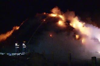 20 de pompieri s-au luptat 4 ore pentru a stinge incendiul de la groapa de gunoi din Cluj. Cineva ar fi dat foc intentionat