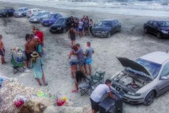 Tinerii care au parcat 10 masini pe plaja de la Corbu pentru a face gratar vor fi amendati. Sanctiunile nu-i sperie pe soferi