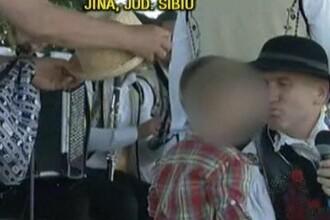 Fostul preot Cristian Pomohaci, surprins in timp ce pupa pe gura un baietel, la festivalul din Jina