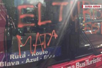 Patru tineri mascaţi au atacat un autobuz turistic în Barcelona