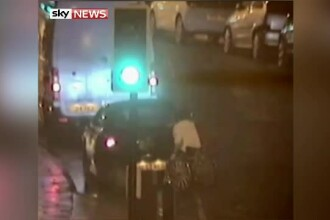 Un barbat intr-un scaun cu rotile s-a dus la un restaurant agățat de portbagajul unei mașini. Amenzile primite de el și șofer