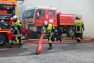 Autocar care transporta elevi, cuprins de flăcări pe Autostrada Transilvania