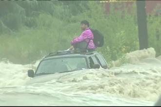 Pățania unui sofer care a vrut să treacă cu SUV-ul o stradă acoperită cu 30 cm de apă