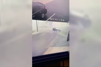 Momentul în care câteva mașini sunt luate pe sus de o tornadă în SUA