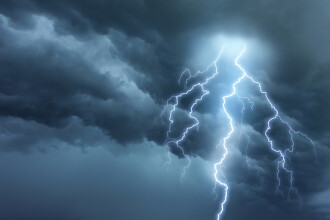 Cod portocaliu de furtuni și ploi torențiale în 18 județe din țară