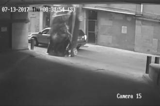 Momentul în care o șoferiță cade de la etajul 7 al unei parcări cu tot cu mașină. A încurcat frâna cu acceleraţia