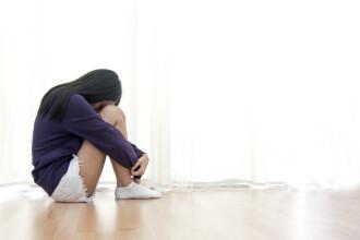 Minoră de 13 ani șantajată și ademenită de un proxenet, cu voia mamei sale