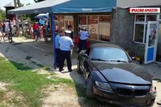 Trei răniţi, după ce un tânăr a intrat cu maşina în terasa unui bar, în Argeș