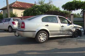Un șofer din Dâmbovița a pierdut controlul volanului și izbit un gard