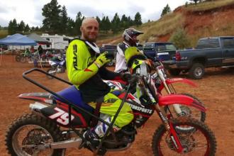 Este paralizat de la piept în jos, dar participă la curse pe motocicletă