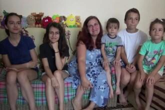 O familie cu 6 copii trăiește într-o garsonieră de 30 de metri pătraţi