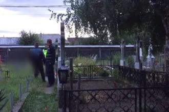 """Descoperire sinistră într-un cimitir din Neamț. """"Era cu piciorul în sus și mâna la spate"""""""