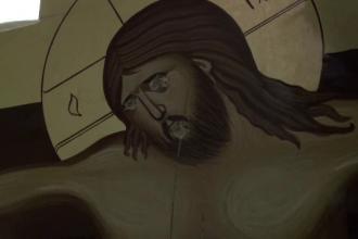 Biserică din Bacău vandalizată: chipul Mântuitorului scrijelit și cuțit înfipt într-o icoană