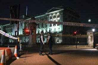Atac cu sabia, în faţa Palatului Buckingham. 2 polițiști sunt răniți