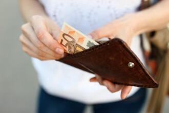 Euro depășește din nou 4,65 lei, pe fondul moțiunii de cenzură împotriva Guvernului