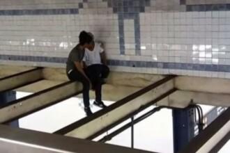 A văzut o tânără suspendată deasupra liniilor de metrou și a urcat după ea. Ce a urmat