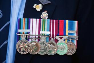 Un veteran de război și-a vândut decorațiile pentru a ajuta un copil bolnav de cancer