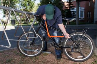 Bărbat arestat după ce a furat biciclete de peste 53.000 lei din scări de blocuri şi curţi