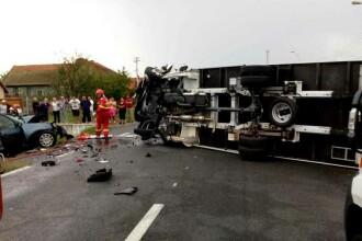 Trei oameni au murit după ce maşina în care se aflau a izbit un autocamion, în Timiș