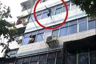 Momentul șocant în care o mamă își aruncă copiii pe geam, pentru a-i salva dintr-un incendiu